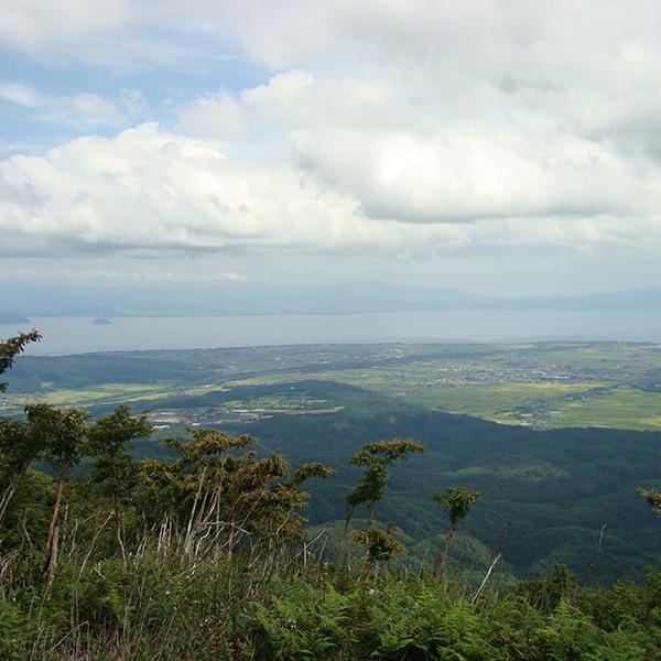 眼下に琵琶湖を望む